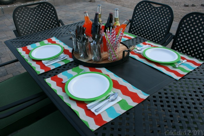 Easy summer outdoor table setting - Come see this great placemat tutorial!