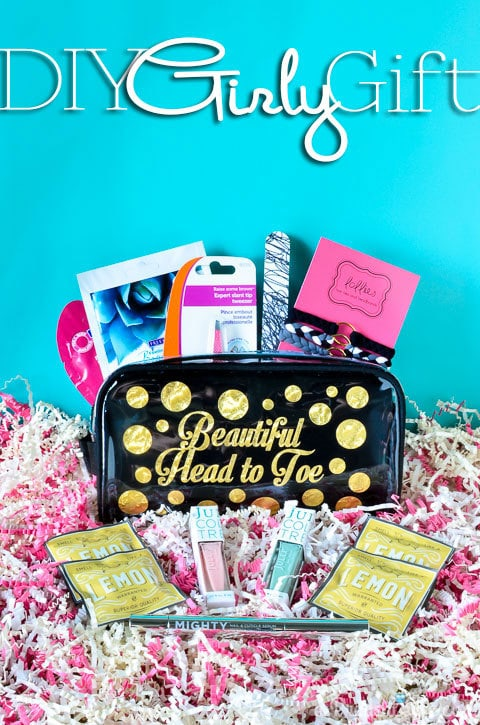 Looking a great gift for a girl? This DIY make up bag is simple & swoon-worthy!