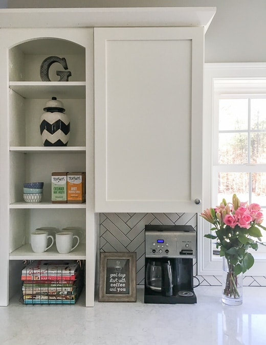 Combination of open & closed shelving in a kitchen